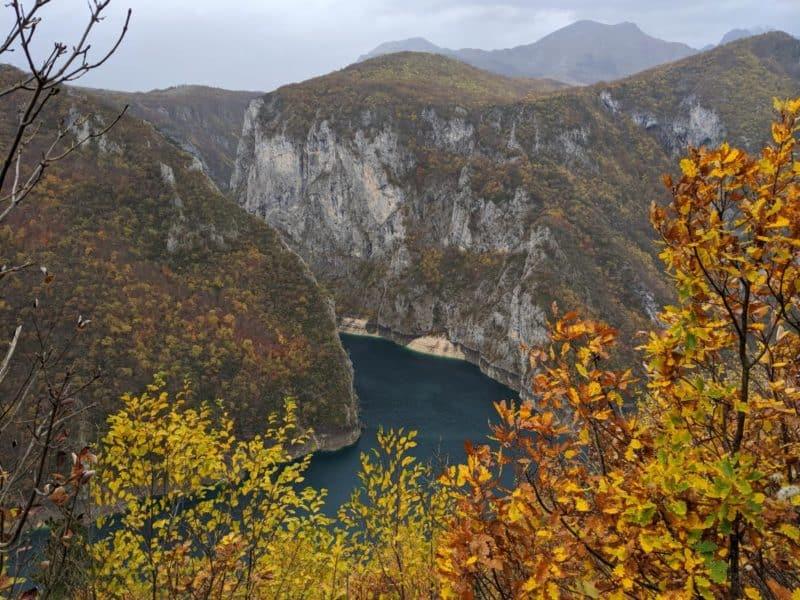 Blick auf die Piva-Schlucht mit Herbstlaub