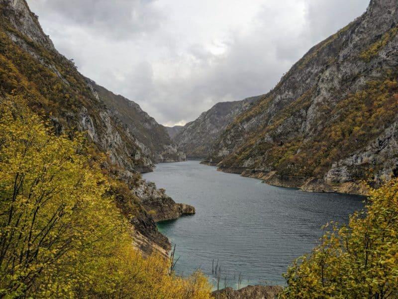 Der langgezogene Pivsko Jezero in der Piva-Schlucht