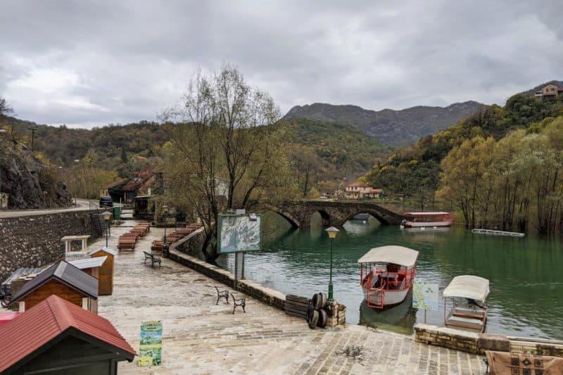 Uferpromenade in Rijeka Crnojevića