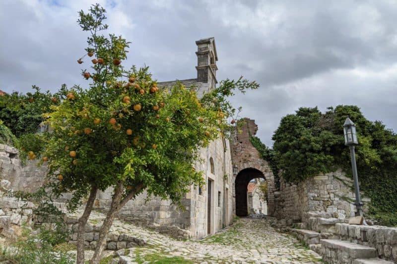 Kirche mit Orangenbaum in Stari Bar