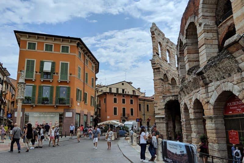 Straße in Verona mit Blick auf die Opernarena