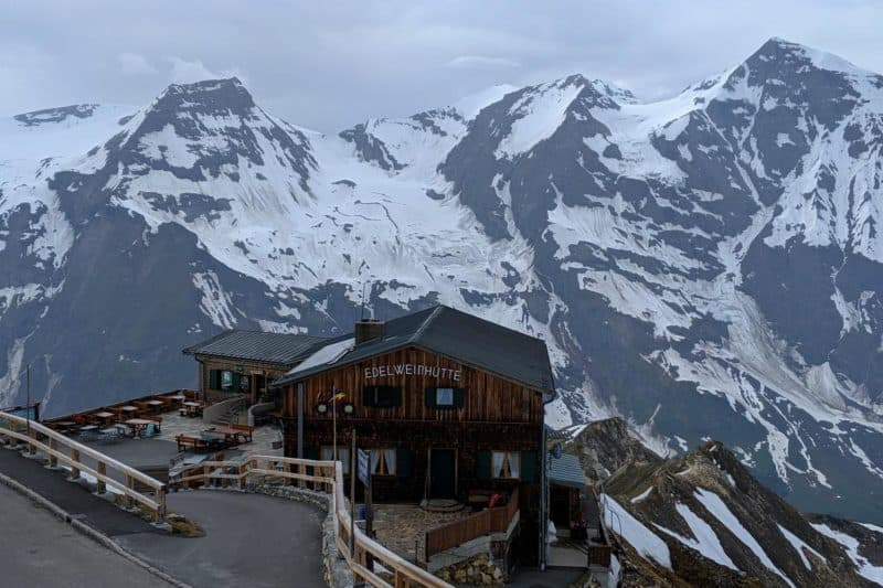 Die Edelweißhütte mit Bergpanorama