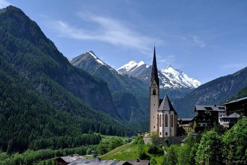 Kirche in Heiligenblut mit Bergpanorama im Hintergrund