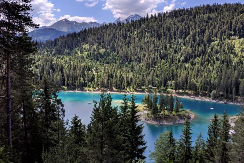 Der Caumasee, gerahmt von Wald
