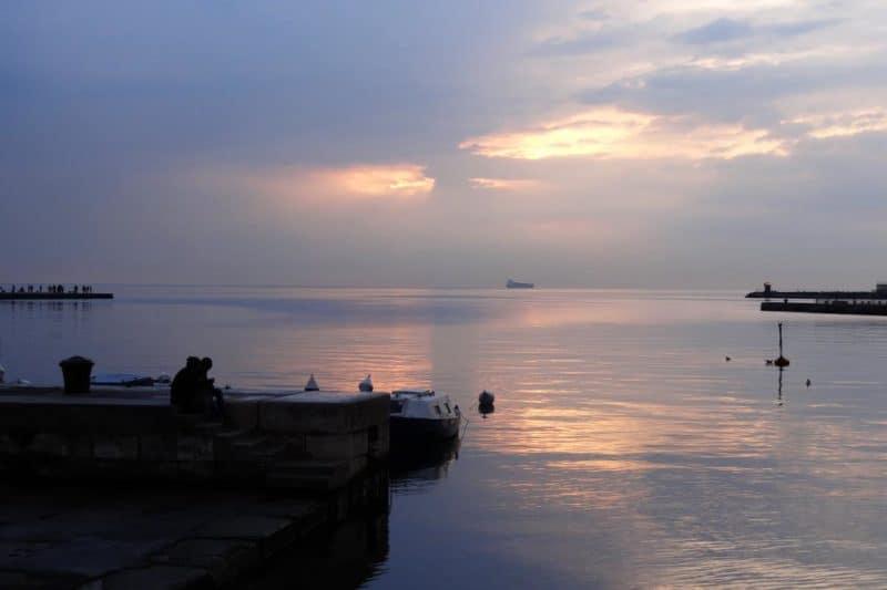 Sonnenuntergang an der Uferpromenade von Triest