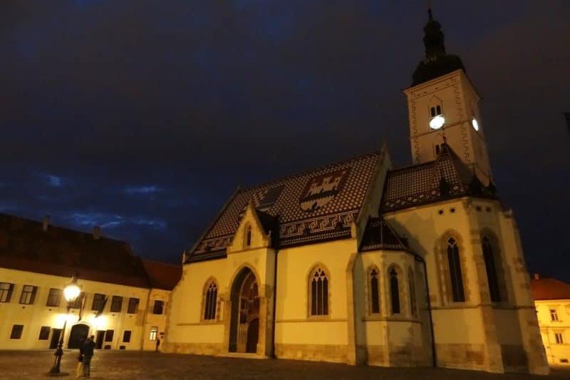 Nächtliche St.-Markus-Kirche mit bunten Dachschindeln