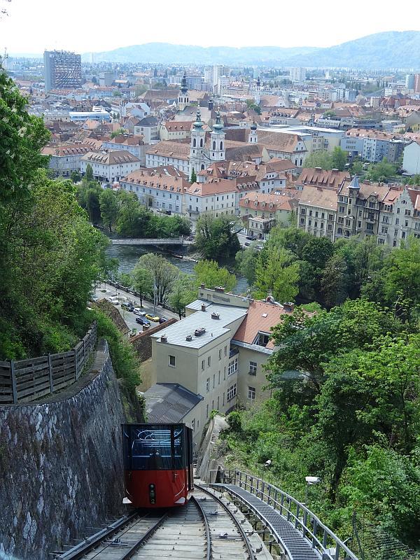 Blick von der Schlossbergbahn über Graz