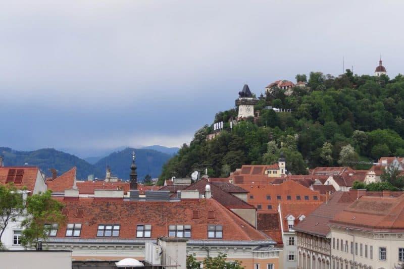 Blick auf den Schlossberg und den Uhrturm in Graz