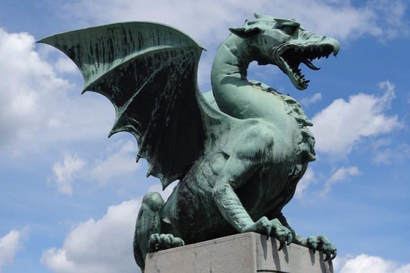 Kupferne Drachenstatue auf der Drachenbrücke in Ljubljana