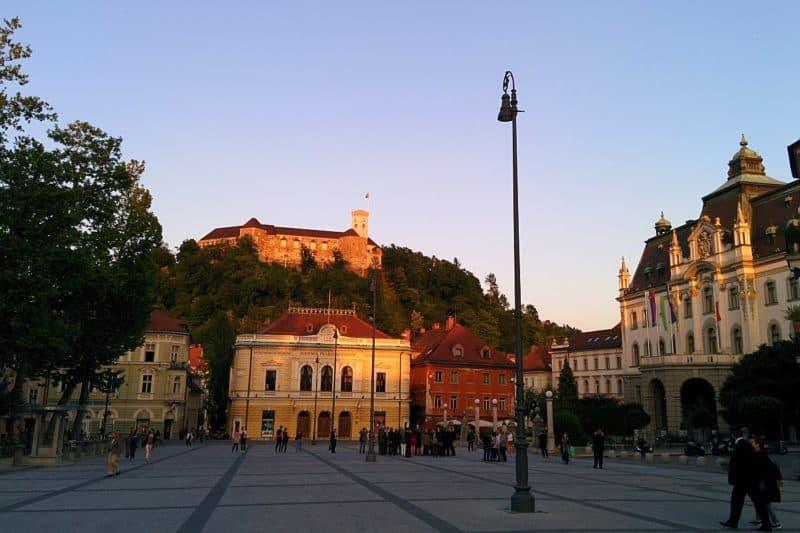 Blick vom Kongressplatz auf die Burg von Ljubljana