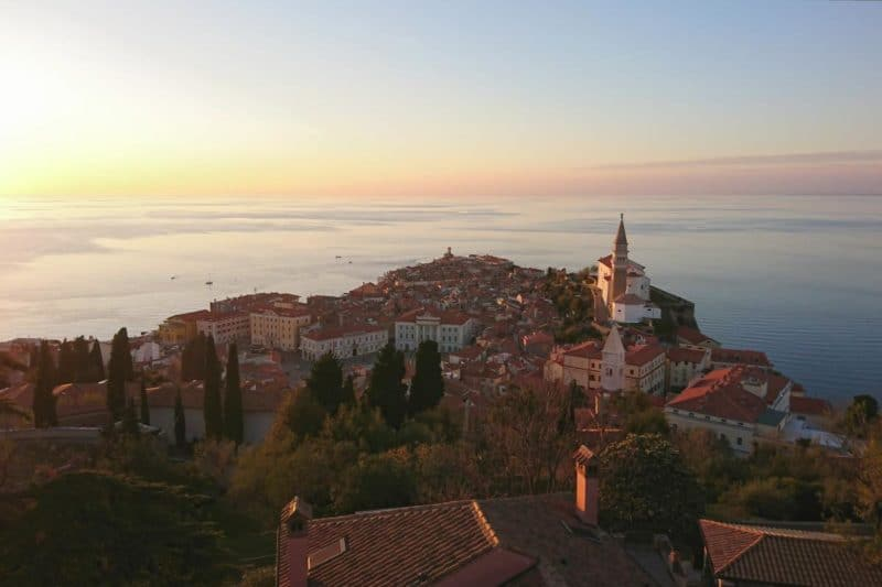 Blick auf Piran von der Stadtmauer beim Sonnenuntergang