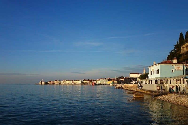 Die langgestreckte Uferpromenade von Piran
