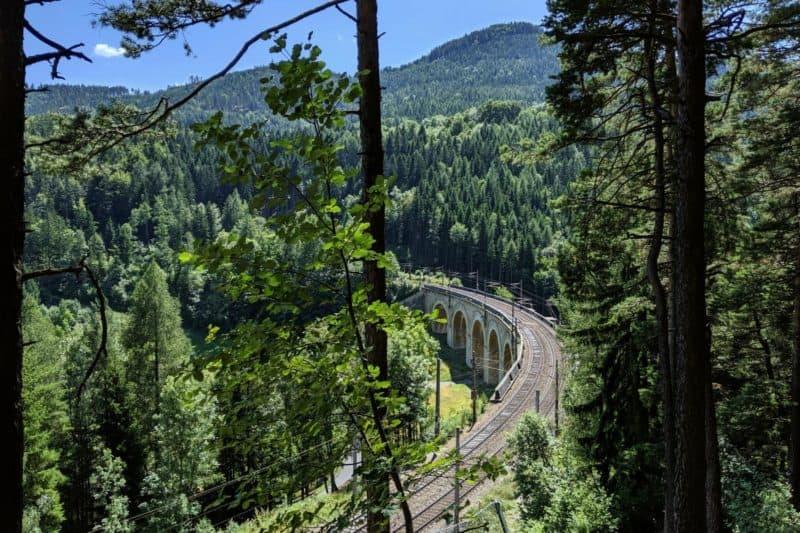 Aussicht auf das Adlitzgrabenviadukt aus dem höher gelegenen Wald