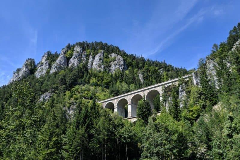 Krauselklause-Viadukt mit Bergen und Wald
