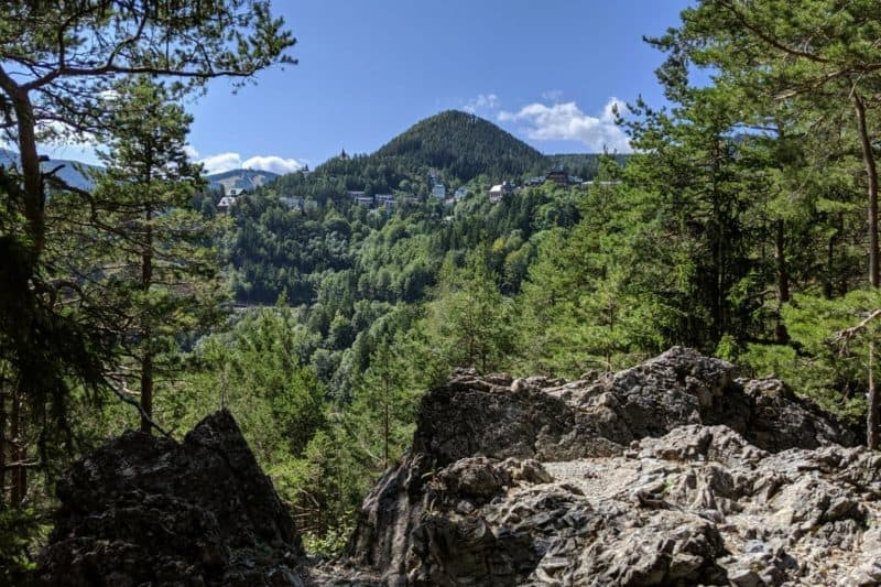 Aussicht auf Semmering-Kurort gerahmt von Wald und Felsen