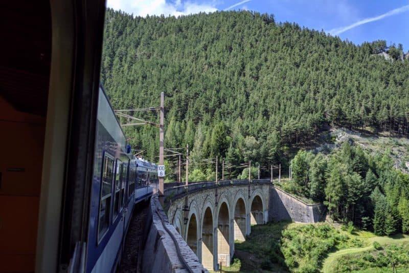 Ein Regionalzug überquert das Adlitzgraben-Viadukt