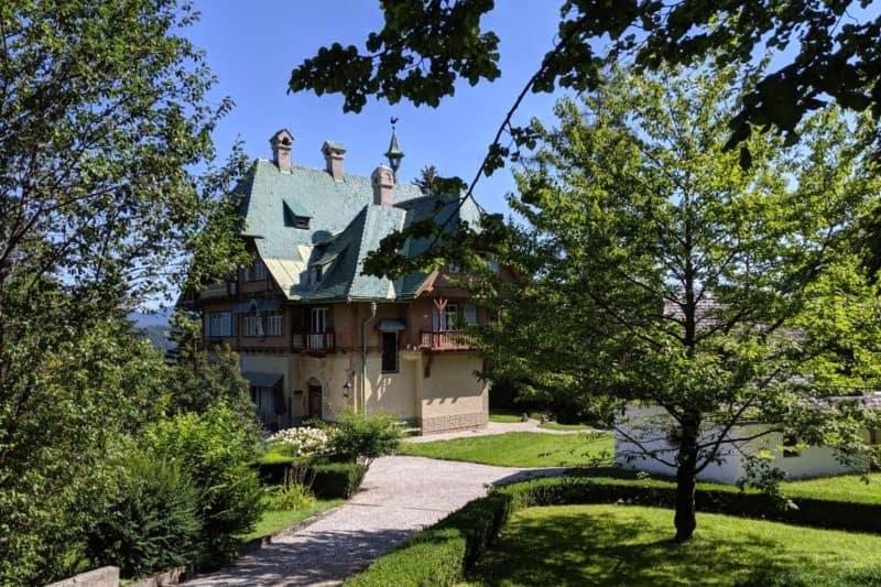 Villa mit grünem Dach und hölzernen Balkonen in Semmering-Kurort