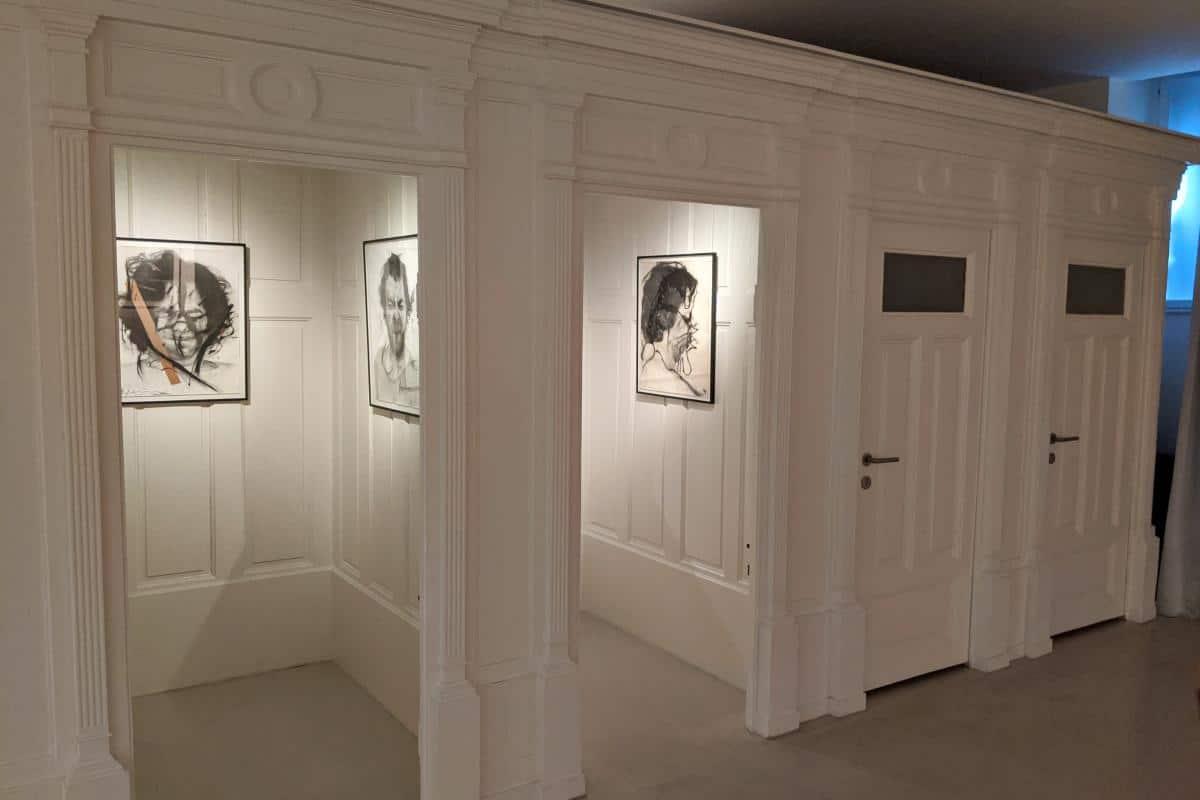 Portraits in den Umkleidekabinen des Arnulf-Rainer-Museums Baden