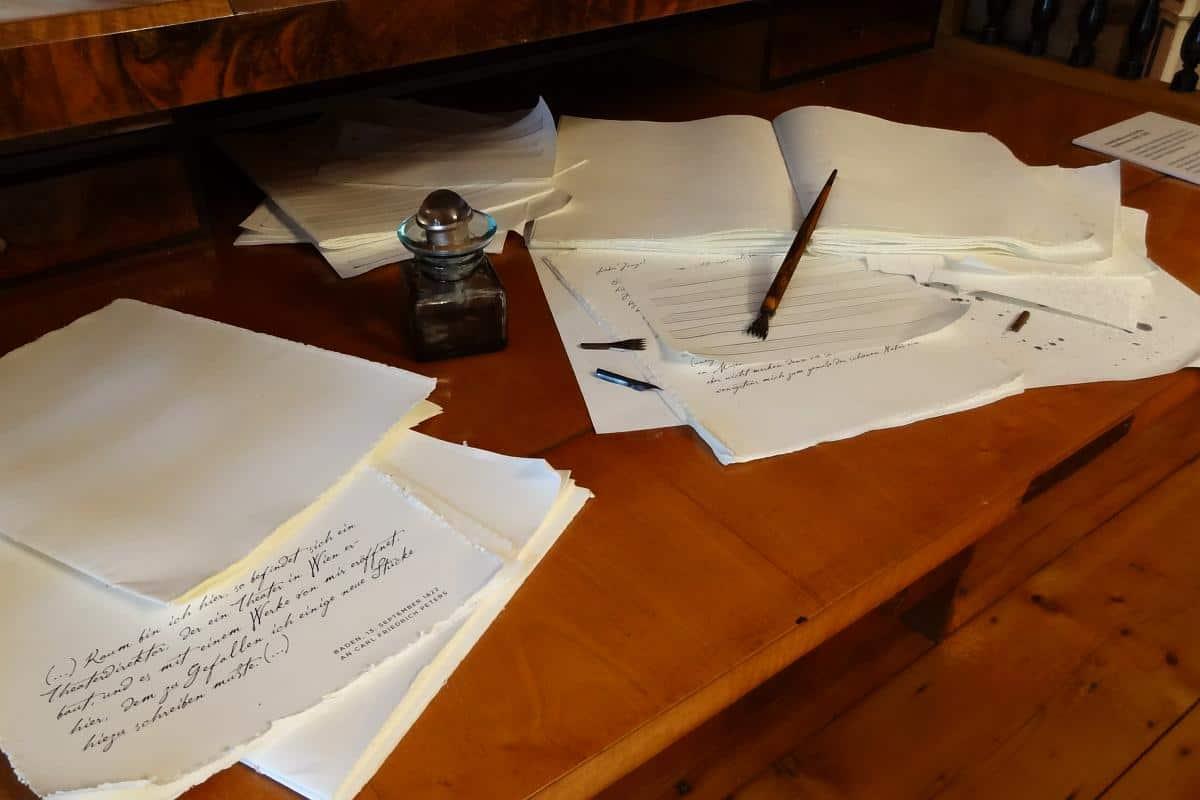 Schreibtisch mit Noten und Notizen im Beethovenhaus Baden