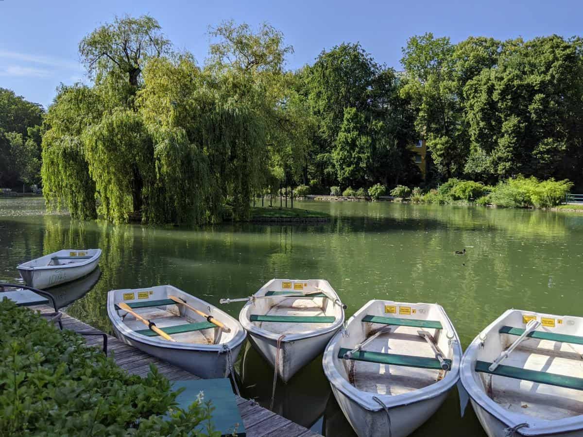 Ruderboote im Doblhoffpark
