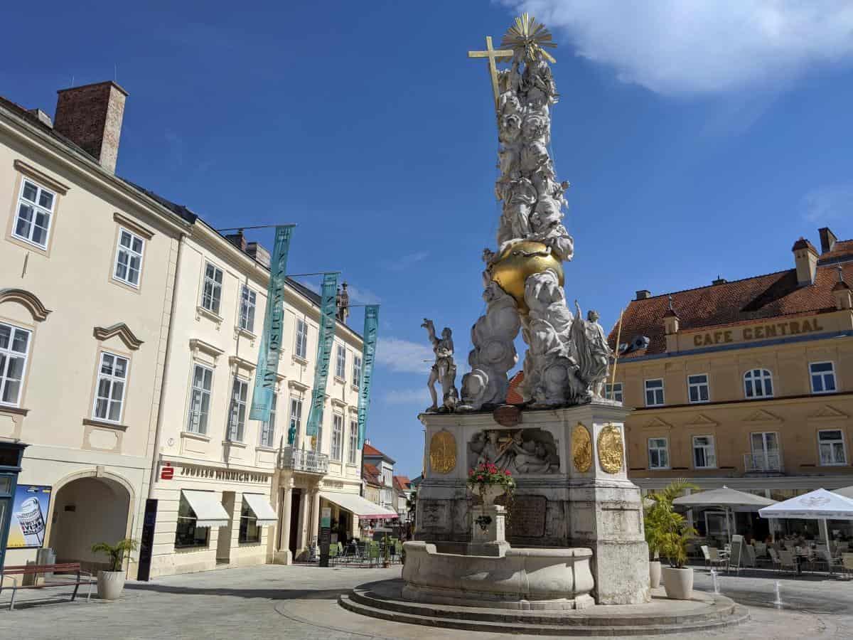 Hauptplatz mit Pestsäule in Baden bei Wien