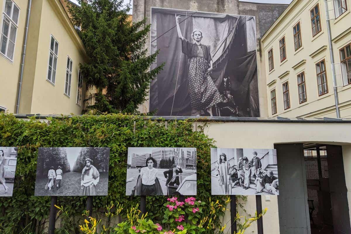 Fotos von Frauen zu Zeiten der DDR an einer Häuserwand