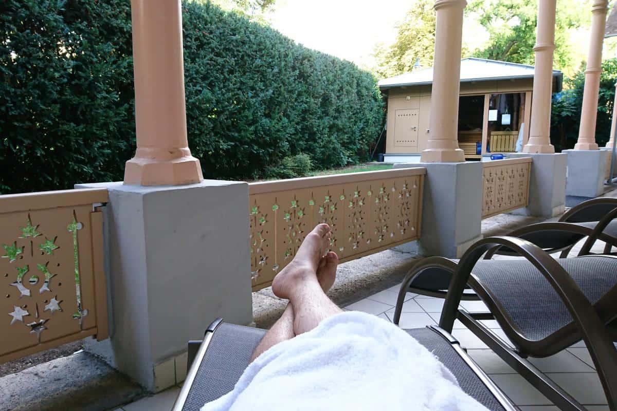 Liegestühle in der Ruhezone im kleinen Garten der Römertherme Baden