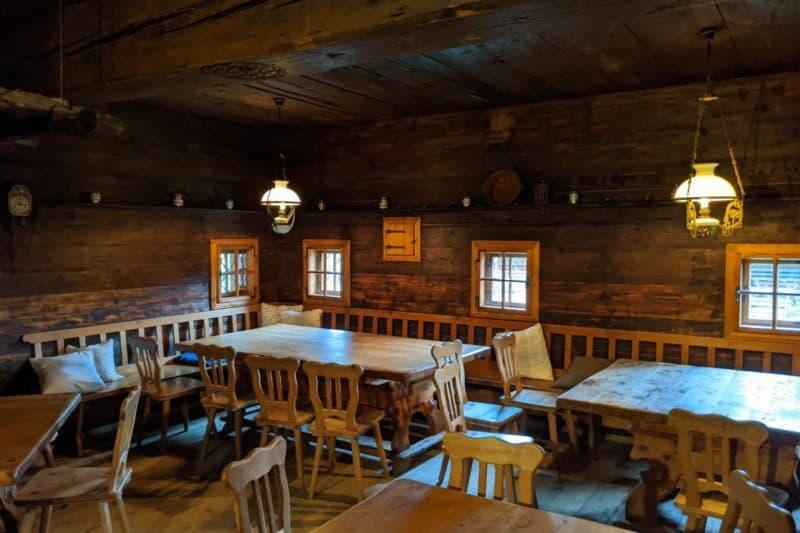 Gaststube der Huab'n mit Holzvertäfelung