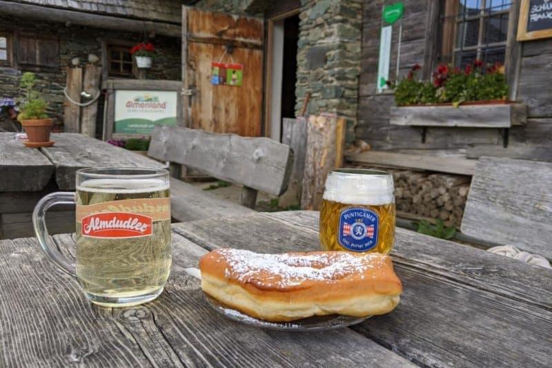 Straube mit Getränken in der Stoakogelhütte