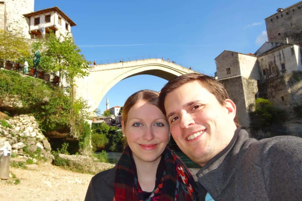 Wolfgang und Jessica vor der Alten Brücke in Mostar, Bosnien-Herzegowina