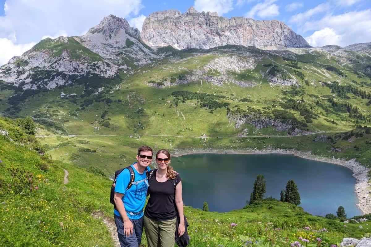 Wolfgang und Jessica vor dem Formarinsee in Vorarlberg, Österreich