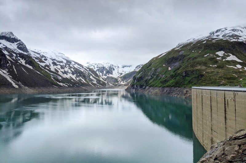 Der Stausee Mooserboden gerahmt von schneebedeckten Bergen