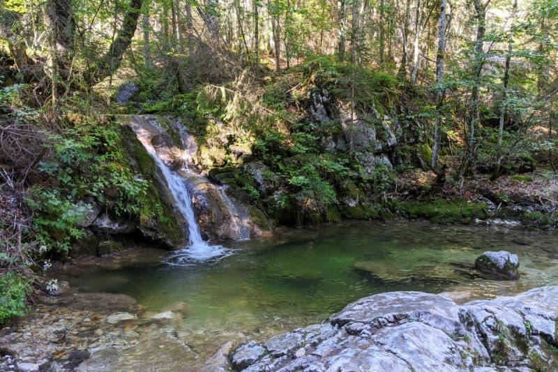 Wasserfall mit kleinem Tümpel auf dem Wasserfallweg der Almenwelt Lofer